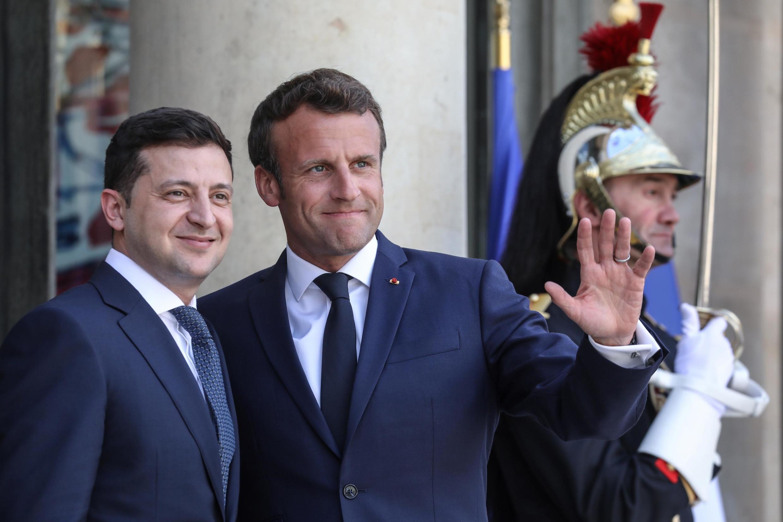Президент Украины Владимир Зеленский (слева) и президент Франции Эмманюэль Макрон в Елисейском дворце 17 июня 2019 г.