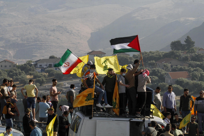 Magoya bayan Hezbollah dauke da tutotin Falastin yayin zanga-zanga