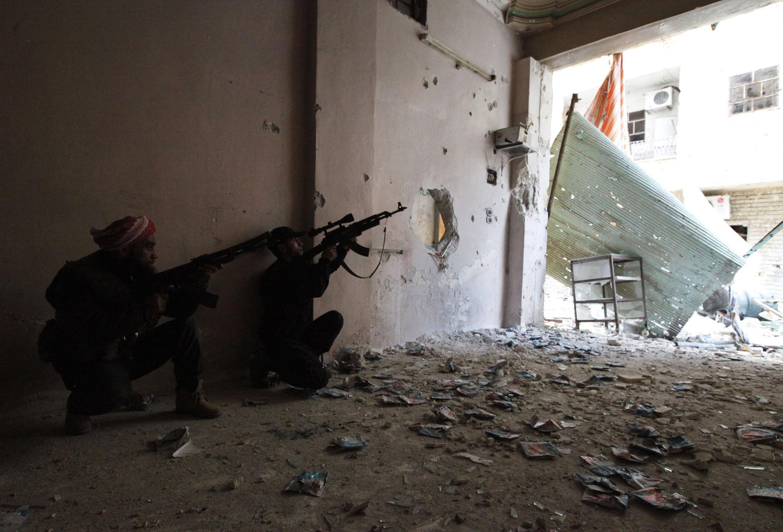 Combatentes do Exército sírio livre em Aleppo, nesta terça-feira, 27 de novembro de 2012.