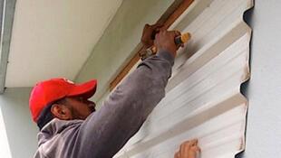 Les habitants des Tonga se préparent au passage du cyclone Gita, le 12 février 2018.