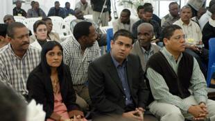 Nini Satar (centro) perante a justiça moçambicana em 2004. Imagem de Arquivo.