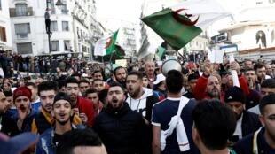 Des milliers d'Algériens ont défilé dans les rues d'Alger pour protester contre le scrutin présidentiel, le 6 décembre 2019.