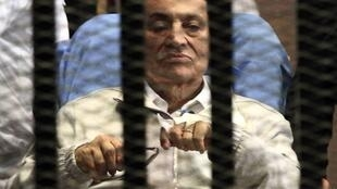 Rais wa zamani wa Misri, Hosni Mubarak akiwa mahakamani kwenye moja ya kesi zake.