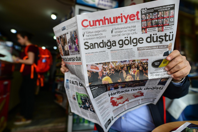Un homme lit le «Cumhuriyet», daté du 17 avril 2017, le quotidien emblématique de l'érosion de la liberté de la presse en Turquie. Une audience du procès de ses collaborateurs s'est tenue mardi 31 octobre 2017, à Istanbul.