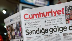Un homme lit le quotidien «Cumhuriyet», à Istanbul, le 17 avril 2017. Le procès de journalistes du «Cumhuriyet» détenus pour soutien à «des groupes terroristes» s'ouvre à Istanbul, le 24 juillet 2017.