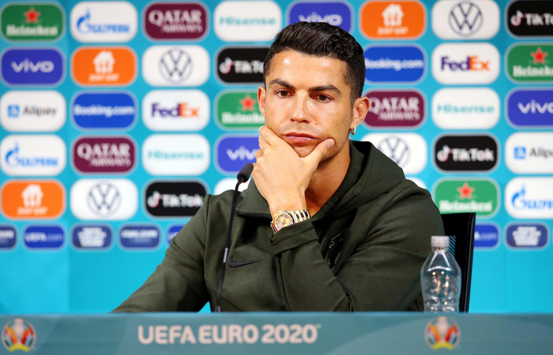 Cristiano Ronaldo, la star de l'équipe de football portugaise de l'Euro 2020, a retiré deux bouteilles de Coca-Cola de la table où il s'apprête à donner une conférence de presse.