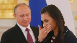 L'athlète russe Yelena Isinbayeva, exclue des JO 2016, apparaît émue alors qu'elle croise le président russe, Vladimir Poutine, au Kremlin, ce 27 juillet 2016.