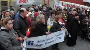 Des membres de la Communauté du pape Jean XXIII et des activistes anti-euthanasie manifestent en face de l'hôpital La Quiete, à Udine, où a été transférée Eluana Englaro, le 4 février 2009.