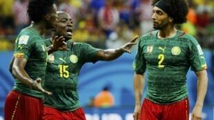Achille Webo s'interpose entre Benjamin Moukandjo et  Benoit Assou-Ekotto, prêts à en venir aux mains lors de Cameroun-Croatie.