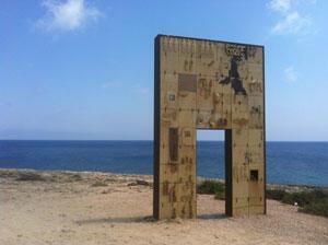 La porte de l'Europe, mémorial, tous les migrants qui sont arrivés et ceux qui sont morts avant d'atteindre les côtes européennes. C'est au pied de ce rocher qu'a eu lieu le naufrage du 7 mai 2011.