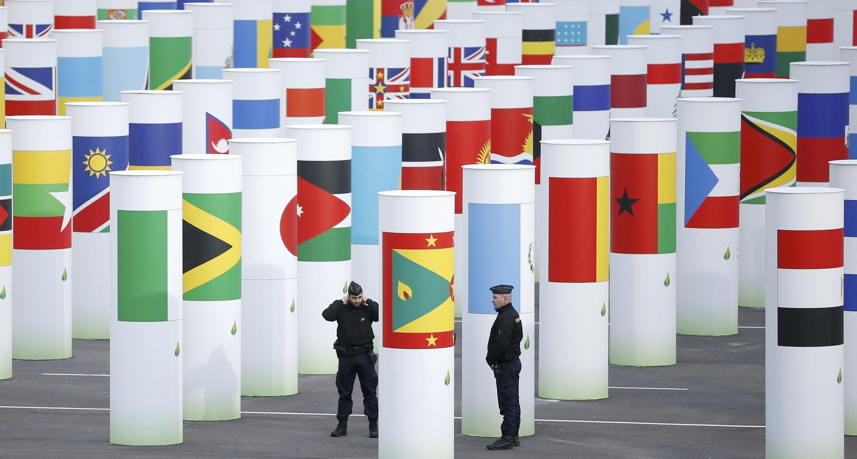 Флаги 195 стран-участниц Всемирной конференции по климату в Ле Бурже 1 декабря 2015