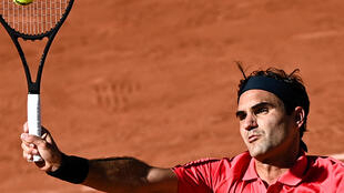 Roger Federer golpea una bola durante su partido contra Denis Istomin en la primera ronda del torneo de Roland Garros, el 31 de mayo de 2021 en París
