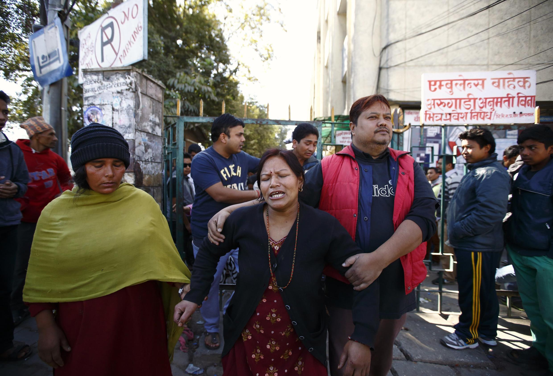 Gia đình hai nạn nhân bị thương trong vụ nổ bom tại Kathmandu, Nepal - REUTERS