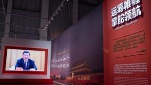 Un vídeo del presidente Xi Jinping se proyecta en una exposición sobre la lucha de China contra el covid-19 en un centro de convenciones que sirvió como hospital para enfermos del coronavirus, el 15 de enero de 2021 en la ciudad china de Wuhan
