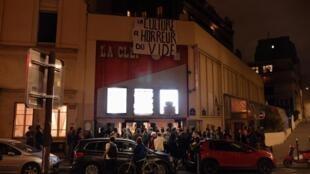 Каждый вечер перед кинотеатром La Clef толпятся зрители