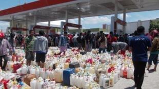 Les clients font la queue pour obtenir du carburant dans une station service de Palu, en Indonésie.