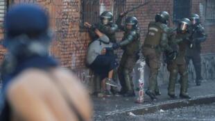 Violence contre un manifestant à Santiago, le 16 novembre 2019.