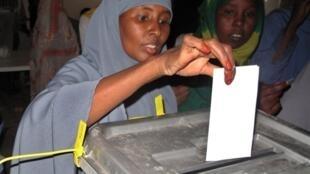 Une femme vote à Hargeisa, capitale du Somaliland le 26 juin 2010.