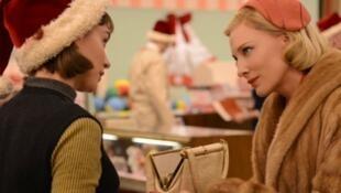 """Cena do filme """"Carol"""", com Rooney Mara e Cate Blanchett"""