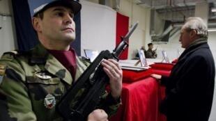 Em Cabul, ministro da Defesa da França, Gerard Longuet, homenageia soldados mortos na sexta-feira.