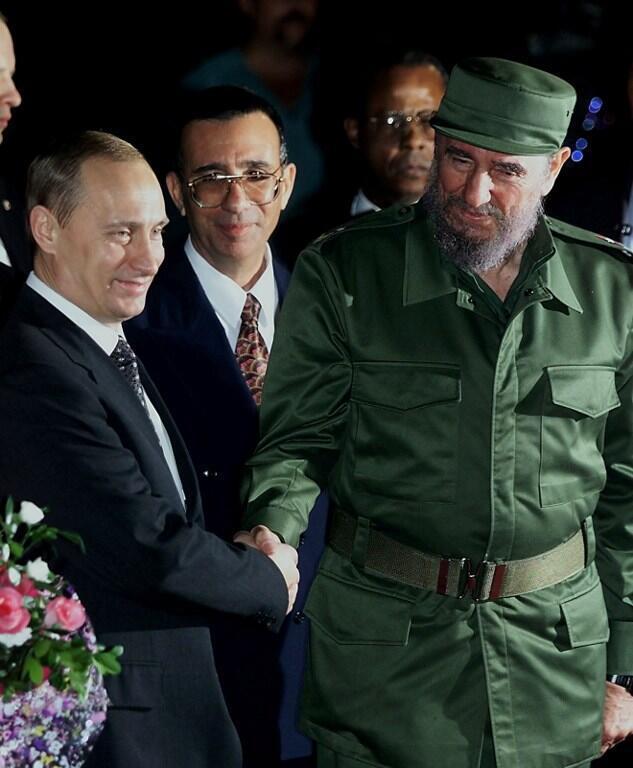 Le président cubain, Fidel Castro et son homologue russe, Vladimir Poutine, le 13 décembre 2000.