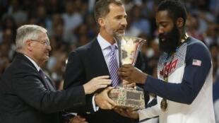 El rey de España, Felipe, entrega el trofeo del Mundial de Básquetbol al jugador estadounidense James Harden y al presidente de la FIBA, Iván Mainini, Madrid, 14 de septiembre de 2014.