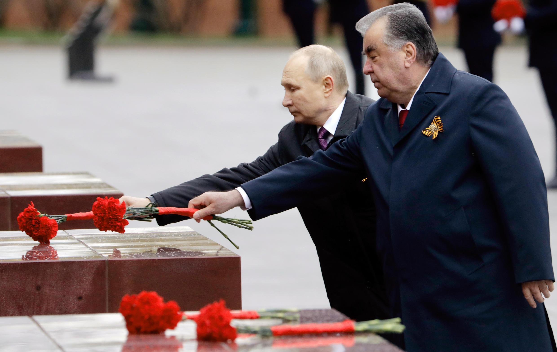 5月9日普京与塔吉克斯坦总统埃蒙马利-拉赫蒙在无名士兵墓前献花。