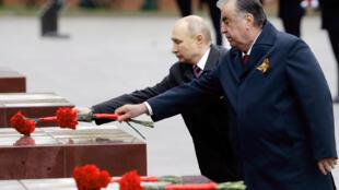 5月9日普京與塔吉克斯坦總統埃蒙馬利-拉赫蒙在無名士兵墓前獻花。