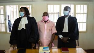 L'opposant rwandais Paul Rusesabagina (au centre) accompagné de son avocat David Rugaza (à droite) à la cour de justice de Nyarugenge à Kigali, le 2 octobre 2020.