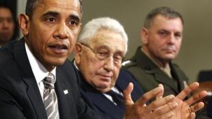 Barack Obama and former Secretary of State Henry Kissinger (C) at the White House, 18 November 2010