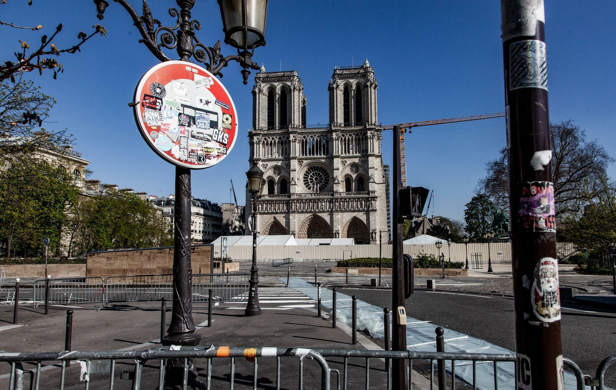 Собор Парижской Богоматери во время действия карантина во Франции