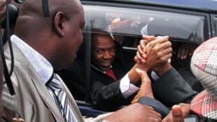 Agathon Rwasa salué par ses partisans à Bujumbura, le 6 août 2013.