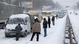 Des véhicules bloqués à Kiev à cause des intempéries, le samedi 23 mars 2013.