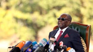 Rais wa zamani wa Zimbabwe, Robert Mugabe akizungumza na waandishi wa habari Jijini Harare 29 Julai 2018, ambapo aliapa kutowa[igia kura wagombea wa Chama tawala Zanu PF