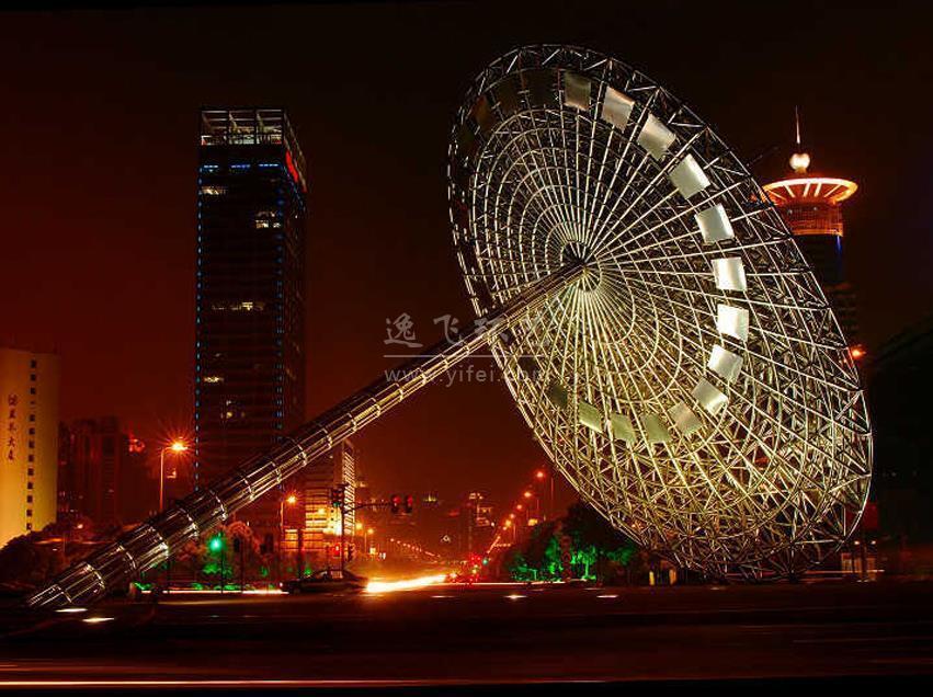 图为上海山寨英国原创日晷夜景图