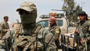 Des membres des Forces démocratiques syriennes et des soldats américains dans la province de Deir Ezzor, le 1er mai 2018.