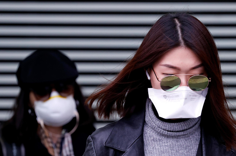 Duas mulheres circulam pelo 10° distrito de Paris utilizando máscaras. 24/02/2020.
