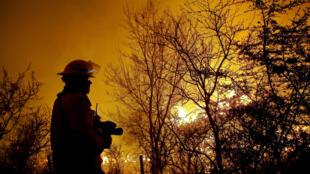 Bombeiro argentino especializado em combater incêndios florestais.