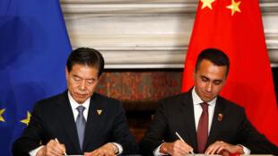 Bộ trưởng Thương Mại Trung Quốc Chung San (Zhong San) và bộ trưởng Lao Động và Công Nghiệp Ý Luigi Di Maio ký thỏa thuận thương mại tại Roma, ngày 23/03/2019.
