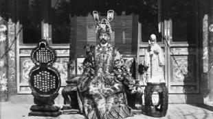 Pierre Loti con un atuendo tradicional de dignatario chino, en Pekín, 1900-1901.