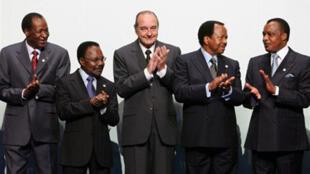 Le président Jacques Chirac(c) entouré de ses homologues (de gauche à droite) burkinabè Blaise Compaoré, gabonais Omar Bongo Ondimba, camerounais Paul Biya et congolais Denis Sassou Nguesso, lors du XXIVeSommet franco-africain, à Cannes le 16février 2007.