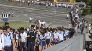Milhares de cubanos começaram a prestar sua homenagem nesta segunda-feira (28) a Fidel Castro.