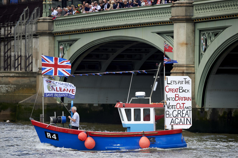Sur la Tamise, ce bateau de campagne en faveur du «Brexit» invite les électeurs à rendre sa «grandeur» au Royaume-Uni en sortant de l'UE. Londres, le 15 juin 2016.