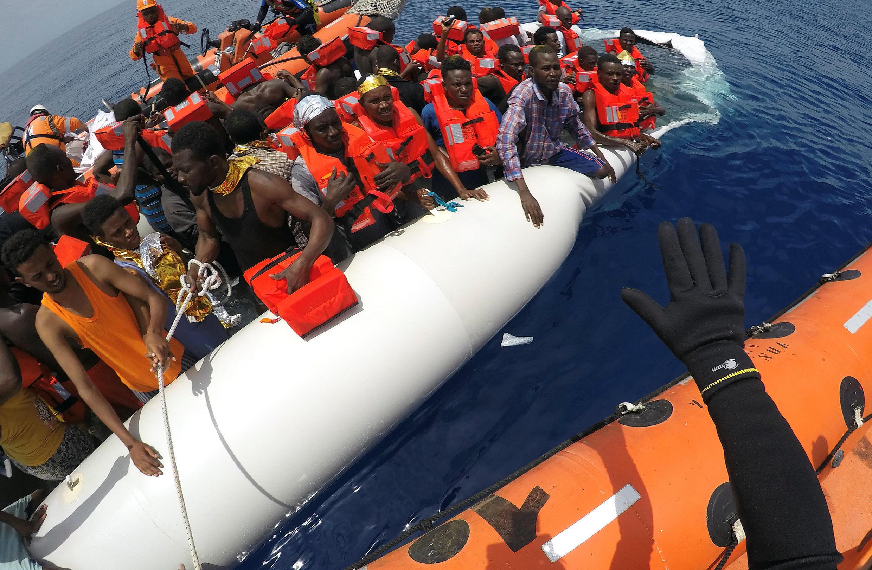 Migrantes sendo socorridos pela ONG Save the Children em 17 de junho de 2017 no Mar Mediterrâneo.
