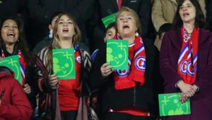 La presidenta chilena Michelle Bachelet y su hija levantaron la Tarjeta Verde al cantar el himno chileno.
