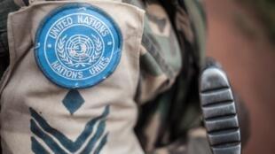 Un soldat du contingent tanzanien de la mission de maintien de la paix de l'ONU en République centrafricaine (MINUSCA) patrouille le 6 juillet 2018.
