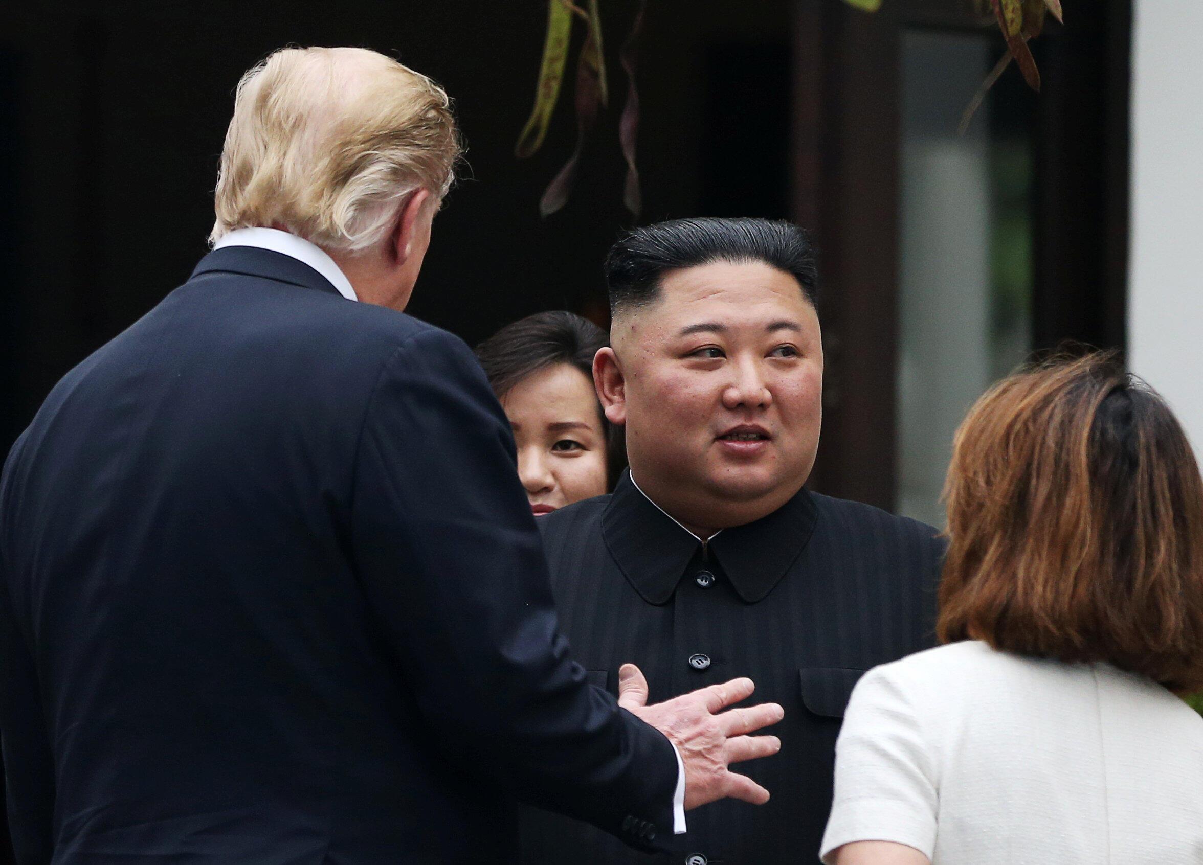 Donald Trump et Kim Jong-un en discussion lors du sommet de Hanoï, le 28 février 2019.