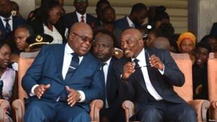 Rais anayemaliza muda wake Joseph Kabila, kulia, na mrithi wake Félix Tshsiekedi wakati wa kuapishwa kwa rais mpya Kinshasa, Januari 24, 2019.