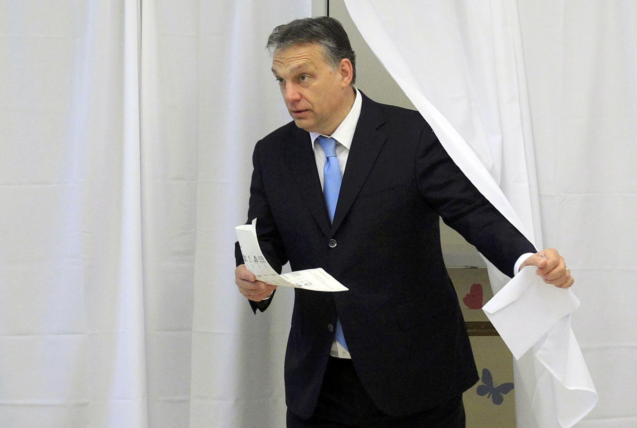 Firaministan Hungary Viktor Orban a lokacin da ya kada kuri'ar zabe.