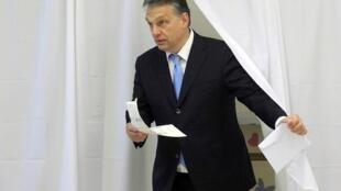 Премьер-министр Венгрии Виктор Орбан на избирательном участке.